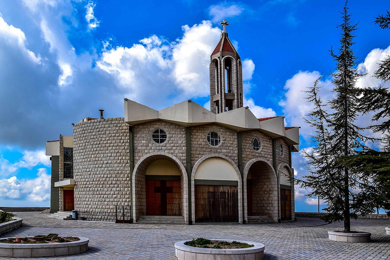 Esta iglesia, terminada en 1974, dio paso luego a la construcción de un hostal para recibir a los peregrinos, que también pueden comprar los vinos, mermeladas y quesos que los monjes producen en el monasterio.