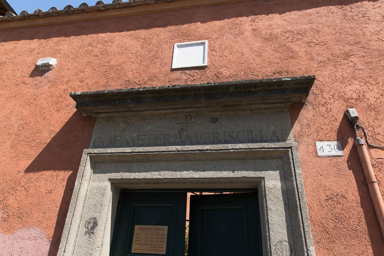 Priscila –se lee en una inscripción en la entrada de la catacumba- era una clarissima foemina; esto es, una ilustrísima mujer, de lo que se deduce que era miembro de alguna familia romana perteneciente al senado.