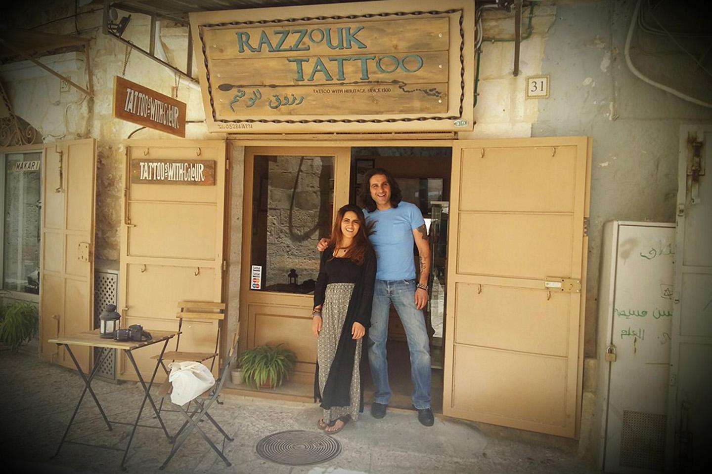 Al cruzar la Puerta de Jaffa, al pasar la siempre repleta de gente plaza principal, se encuentra la tienda de tatuajes de la familia Razzouk, una familia copta egipcia