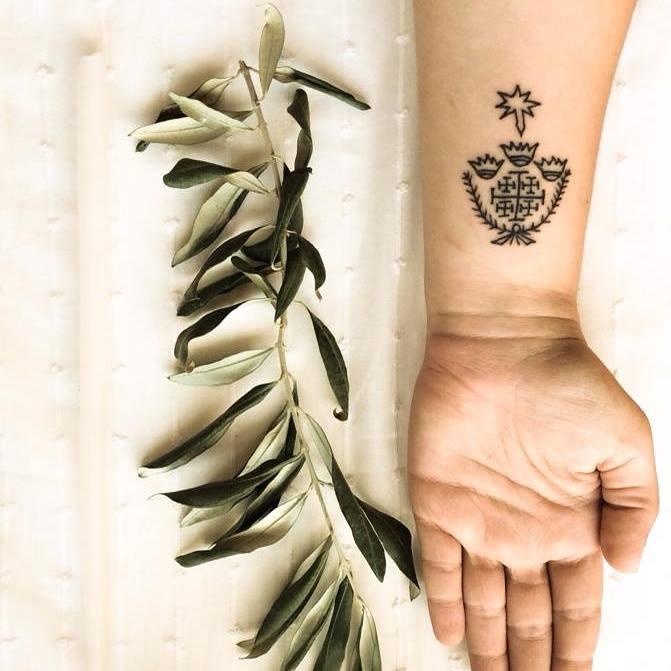 Los primeros en tatuarse fueron, precisamente, los cristianos nacidos en Tierra Santa en el siglo VI, de acuerdo a los testimonios de Procopio de Gaza, quizá uno de los rétores griegos cristianos más importantes de la Segunda Sofística