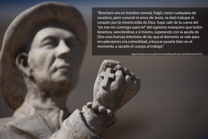 Estatua del cura Brochero frente al santuario, Villa Cura Brochero, Cordoba, ARGENTINA 2016