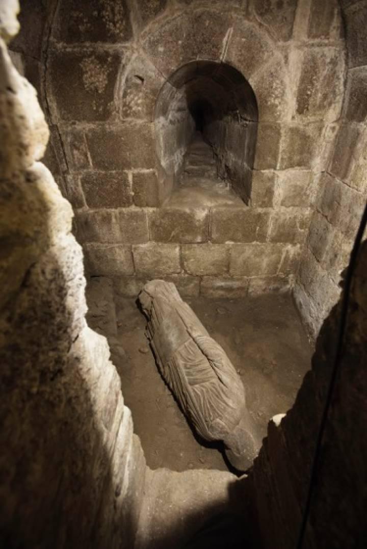 La pieza, que está entera (incluso conserva parte de la columna a la que fue adosada) sólo carece de cabeza: era costumbre habitual retirar las cabezas de las figuras cuando éstas eran descartadas.