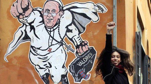 En 2014, el mismo equipo de la policía borró otra obra de Pallotta hecha en el mismo barrio, en el que se veía al Papa Francisco como una especie de Superman volando mientras llevaba de la mano un maletín negro en el que se leía la palabra valores.