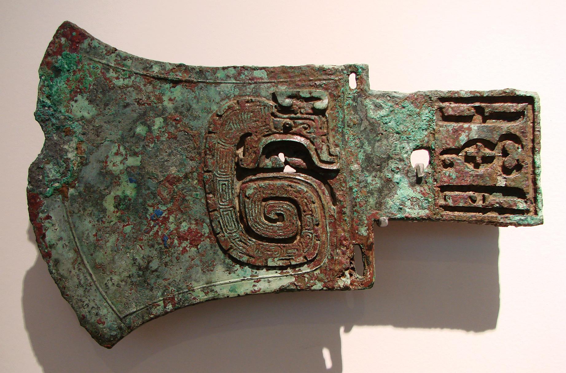 China, aunque generalmente se piense lo contrario, se desarrolló un poco después de estas otras cinco civilizaciones. Sin embargo, los arqueólogos e historiadores igual la consideran una cuna de la civilización, en tanto la china también se desarrolló de una forma prácticamente independiente, siendo una de las más singulares y vibrantes que jamás hayan surgido en el mundo. La dinastía Xia (circa 2100-1600 AC) es la primera de las dinastías chinas de las que se tiene registro, aunque podría no existido nunca realmente. La evidencia arqueológica de la dinastía Shang (1600-1046 AC) es mucho más clara. China desarrolló su propio sistema de escritura, aunque los académicos discuten si había alguna influencia externa en ese desarrollo.