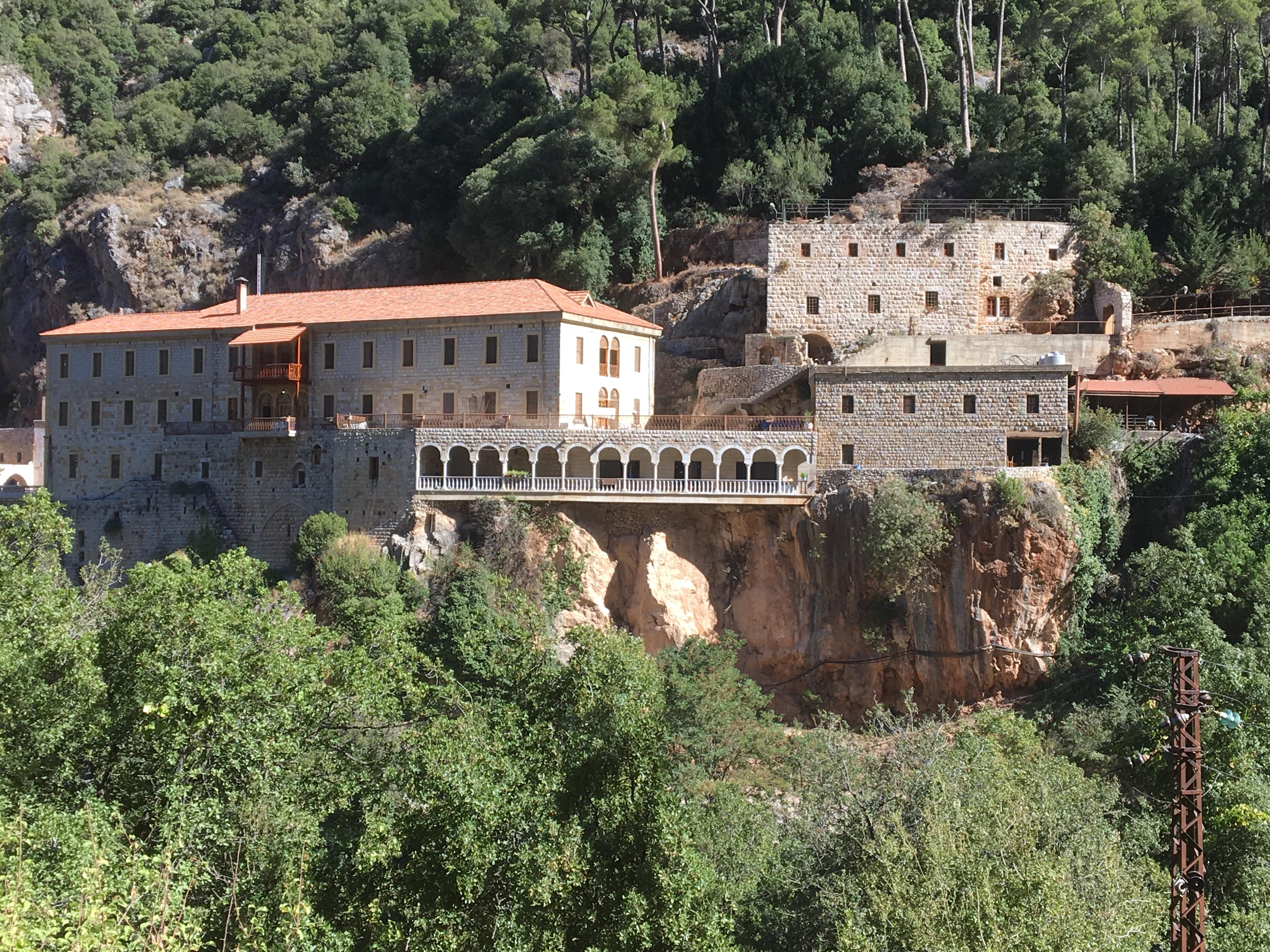Entre el Convento de San Antonio Qozhaiya, en donde vive el ermitaño Youhana Khawand,  y Nuestra Señora de Hawqa, donde vive el ermitaño colombiano Darío Escobar, hay horas y horas de marcha continua.