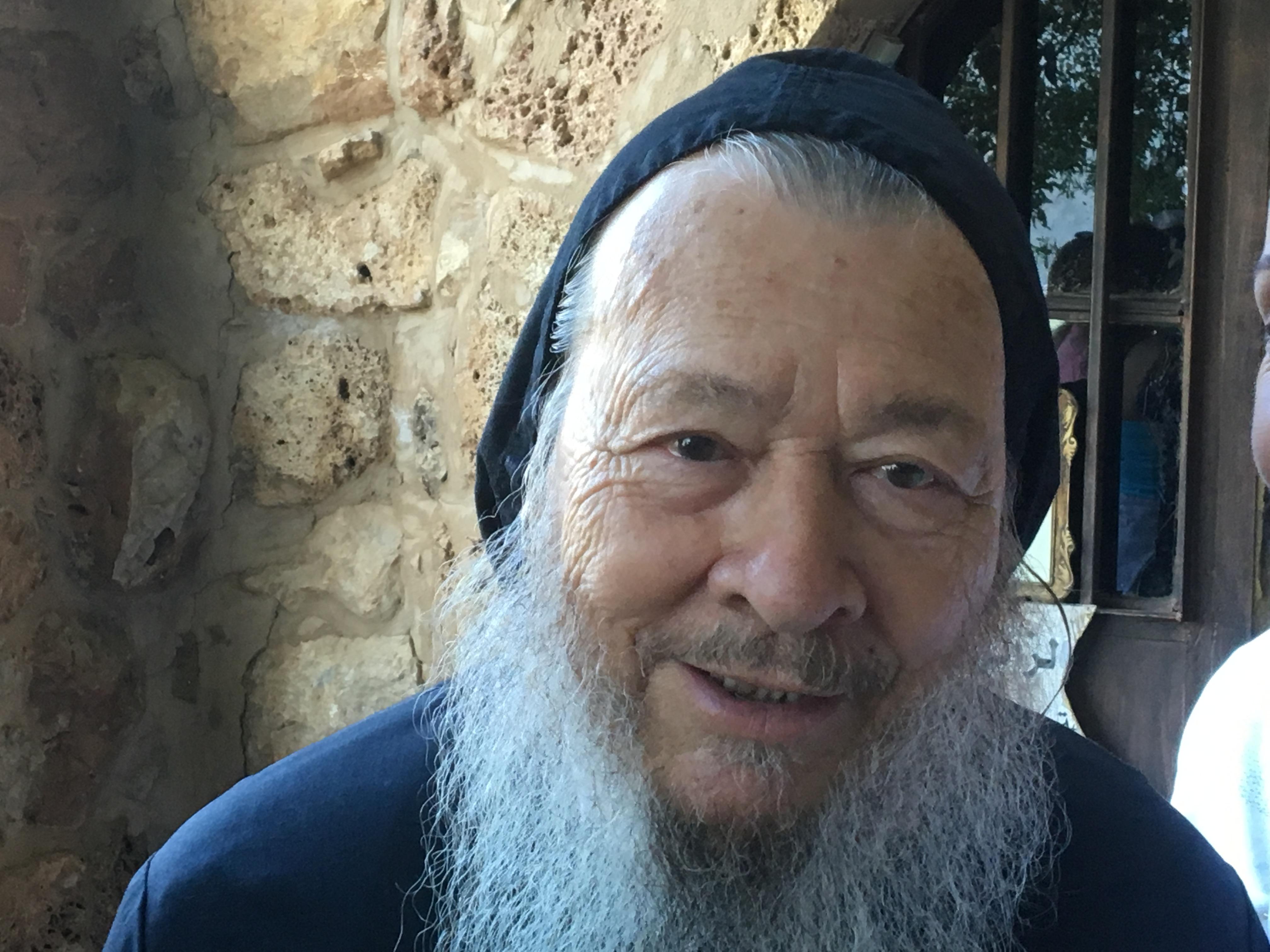 El padre Darío es doctor en Psicología, y ha sido profesor de Teología y griego. A pesar de que había nacido en el seno de una familia bien asentada en Medellín, dejó el confort de su vida para seguir a Dios en las montañas libanesas.