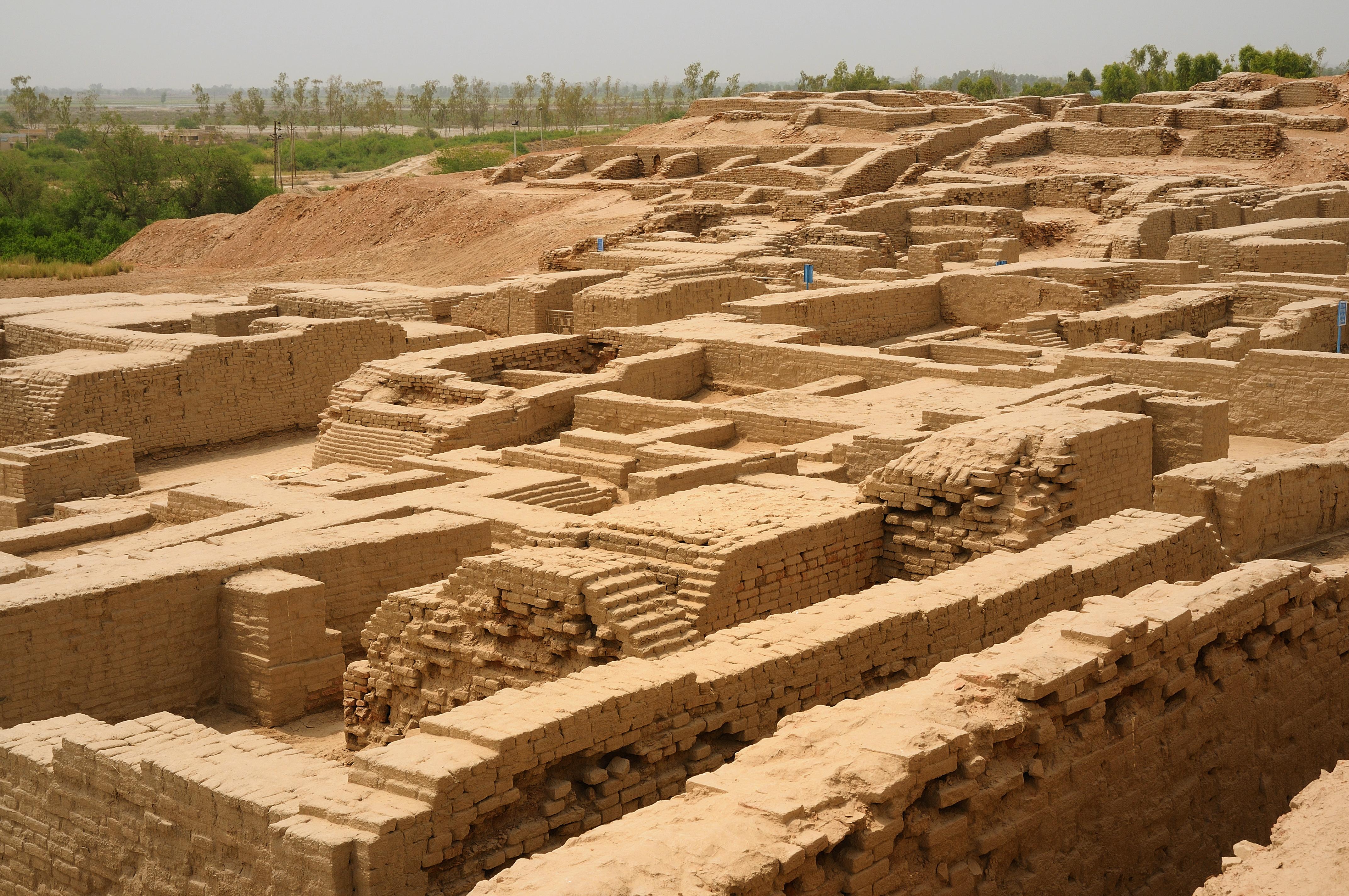 """Las primeras civilizaciones en el subcontinente indio comenzaron a desarrollarse, también, alrededor del año 3000 antes de Cristo valle del río Indo, que corre a través de lo que hoy es Pakistán. Entre los años 2500 y 1900 antes de Cristo, un número importante de centros urbanos (la más famosa de ellas, Mohenjo-Daro) ya se había desarrollado plenamente. Estas ciudades, construidas en ladrillo, contaban con sistemas de drenaje,  y casas de varios pisos e incluso, digámoslo, así, """"edificios de apartamentos""""."""