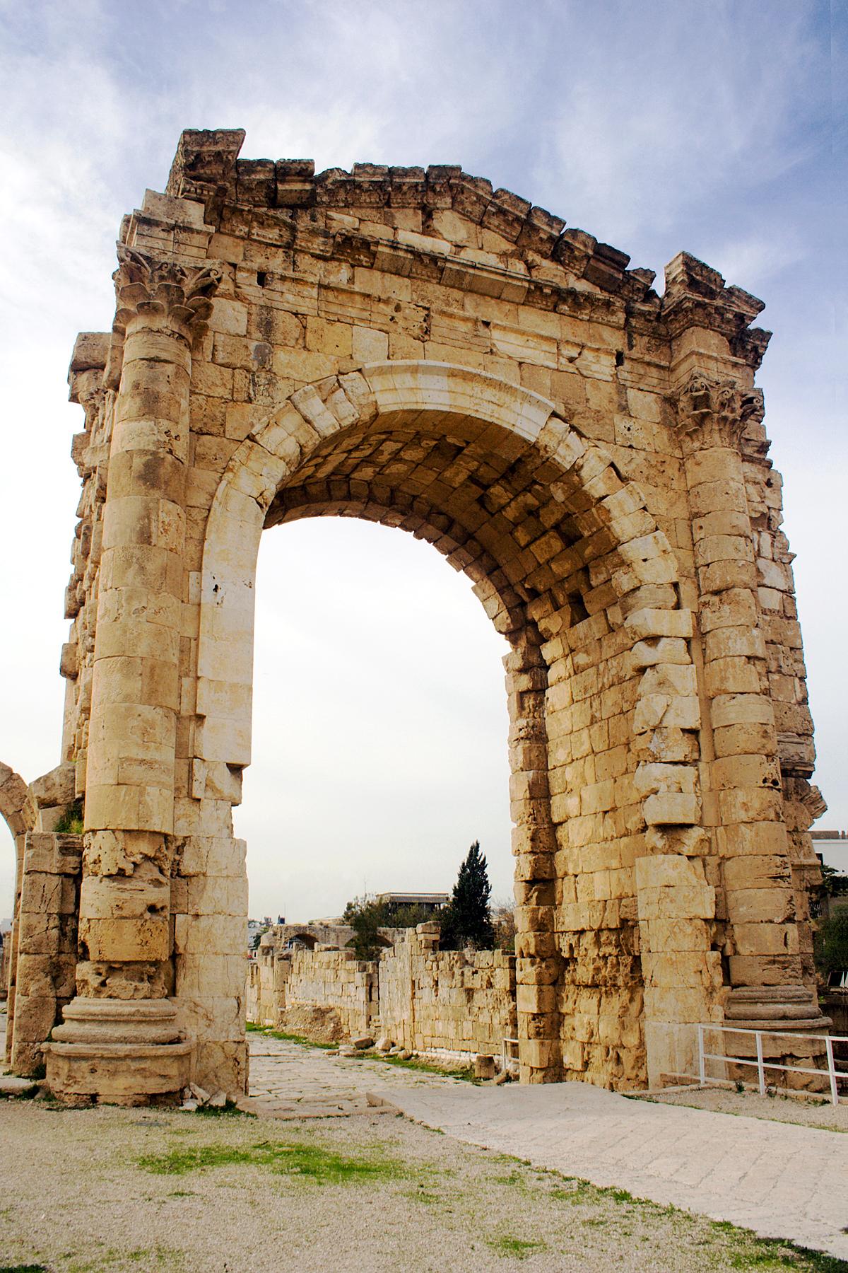 Ambas ciudades exponen ruinas que demuestran los siglos de civilizaciones de las que han sido testigos. Los restos arqueológicos de estas ciudades son, por tanto, ante testigos mudos de la acción de Jesús. Y si para un cristiano Tierra Santa son los lugares visitados por el Señor, obviamente también lo es el Líbano.