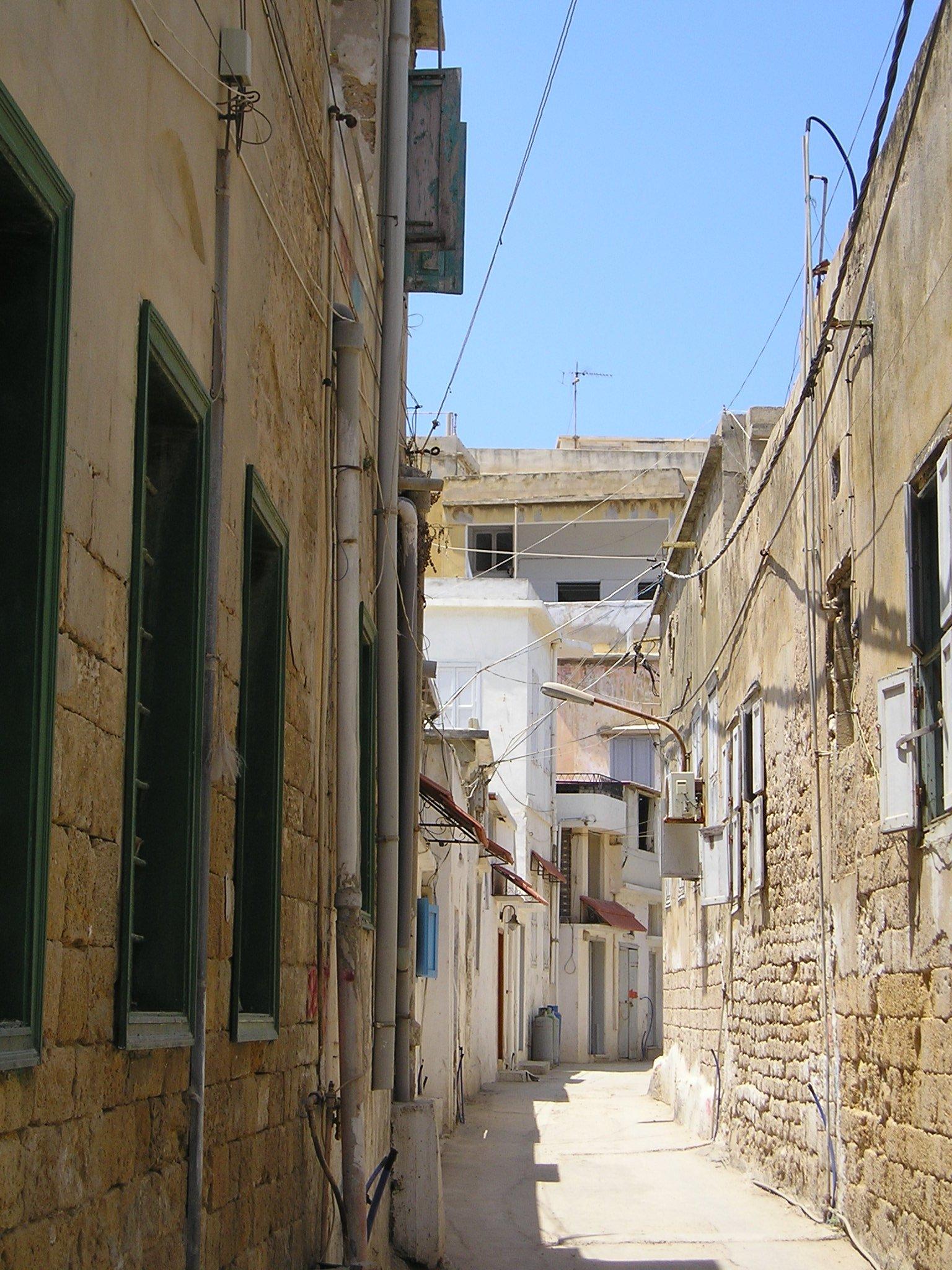 Hoy día Sidón, a unos 33 kilómetros de Beirut, tiene una población de 36.000. Sus habitantes manufacturan un vidrio de excelente calidad, hecho de una arena muy fina traída de la costa cerca del monte Carmelo. Por su parte, Tiro es hoy un pueblecito de 9.500 personas, con calles angostas y casas venidas a menos. La mayor parte de sus habitantes son musulmanes. Casi todo su comercio ya ha sido desviado a Beirut.