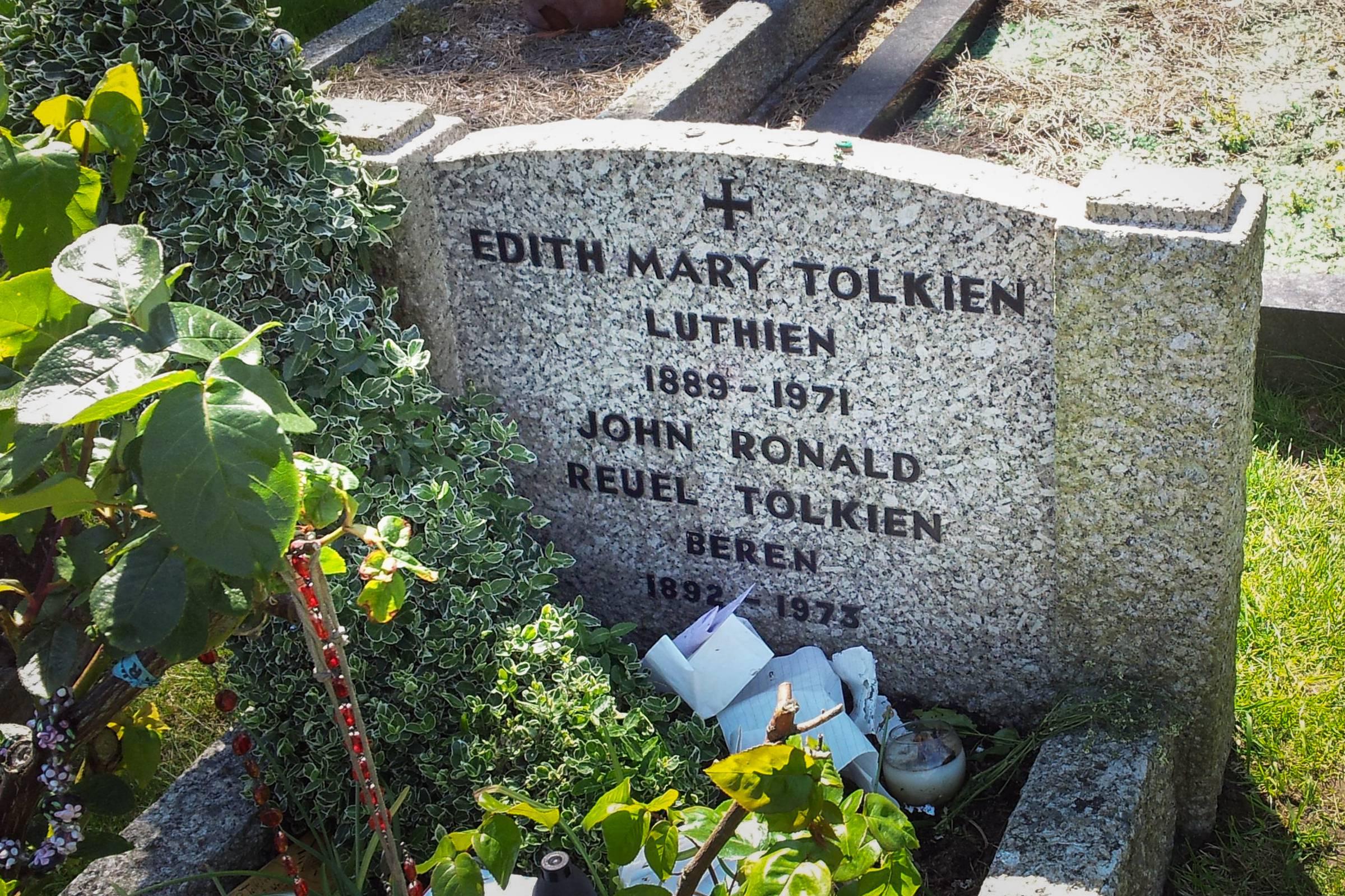 web-edith-tolkien-tombstone-twooars-cc-via-wikipedia