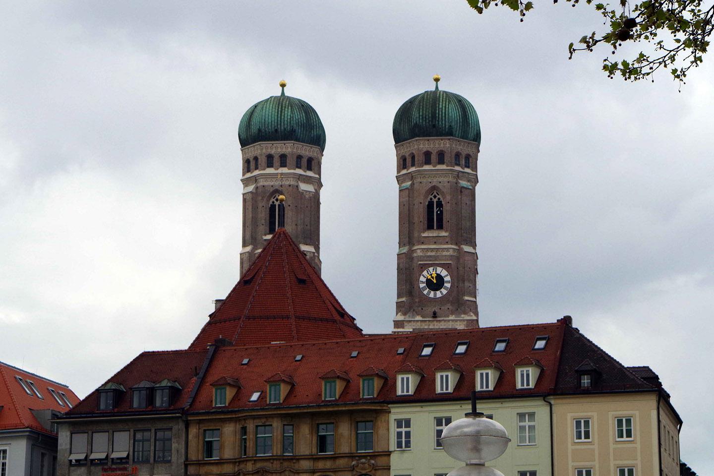 El detalle interesante de estas torres, sin embargo, no es su altura (a pesar de que desde la torre sur incluso pueden verse los Alpes) sino, más bien, las cúpulas que las coronan.
