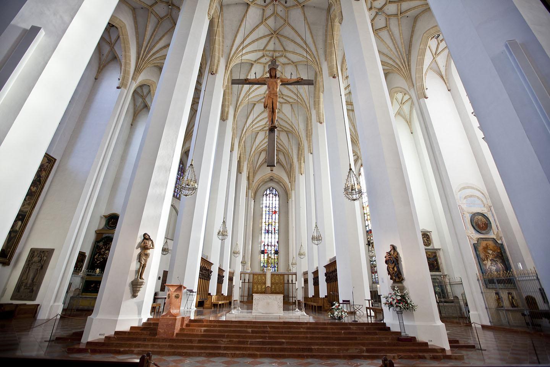 Al estar terminada, el diablo se asomó a la entrada y no pudo ver ninguna ventana: el ventanal del fondo estaba cubierto por un inmenso retablo, y Halsbach había dispuesto las columnas internas de la catedral de tal manera que, desde ese punto, no dejaran ver ninguna ventana
