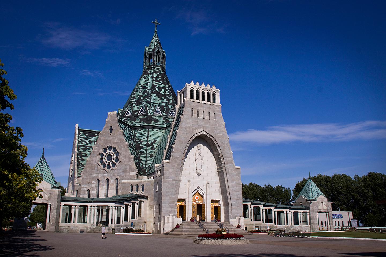 A mitad de camino entre la ciudad de Quebec y Montreal, en la ciudad de Trois-Riviéres, en el distrito del Cabo de la Magdalena (Cap-de-la-Madeleine), se construyó en el año de 1659 una pequeña capilla de madera que, con el tiempo, se convertiría en el santuario mariano más visitado de Canadá.