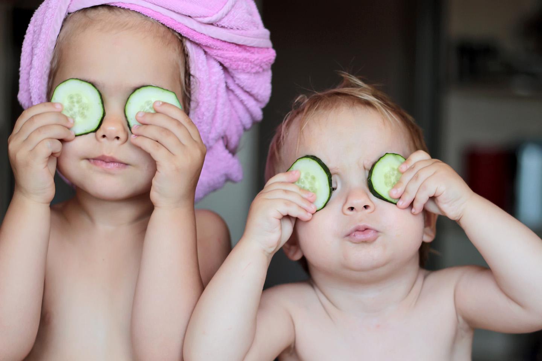web-siblings-funny-bath-shutterstock_447754963-maria-symchych-ai