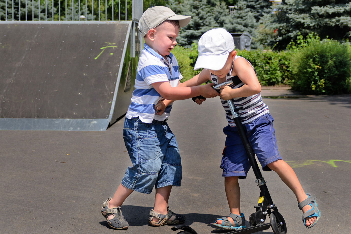 web-siblings-funny-fight-shutterstock_148992899-oleg-mikhaylov-ai