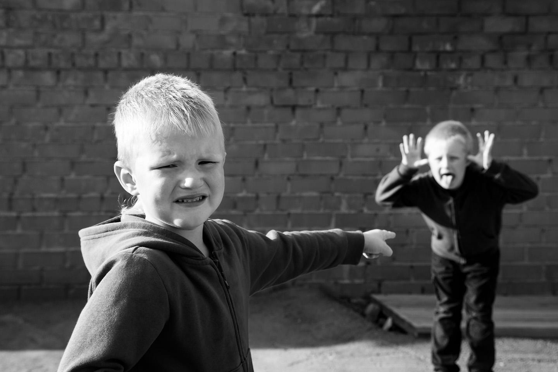 web-siblings-funny-fight-shutterstock_311542649-oksana-mizina-ai