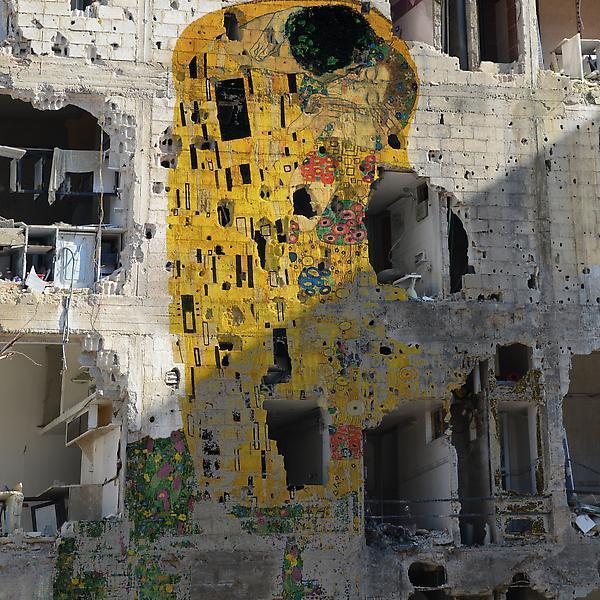 La finalidad, según Azzam, es la de lanzar el mensaje de que todos vivimos en el mismo mundo, pero también la de reconstruir Siria a través de sus pinturas