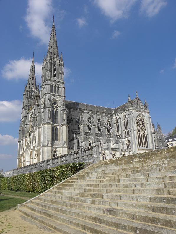 La Basílica de estilo neogótico de Notre-Dame de Montligeon está situada en la comarca normanda de Le Peche, en Francia, a pocos kilómetros de la Abadía de La Trapa. Fotografía de Par GO69 — Travail personnel, CC0.