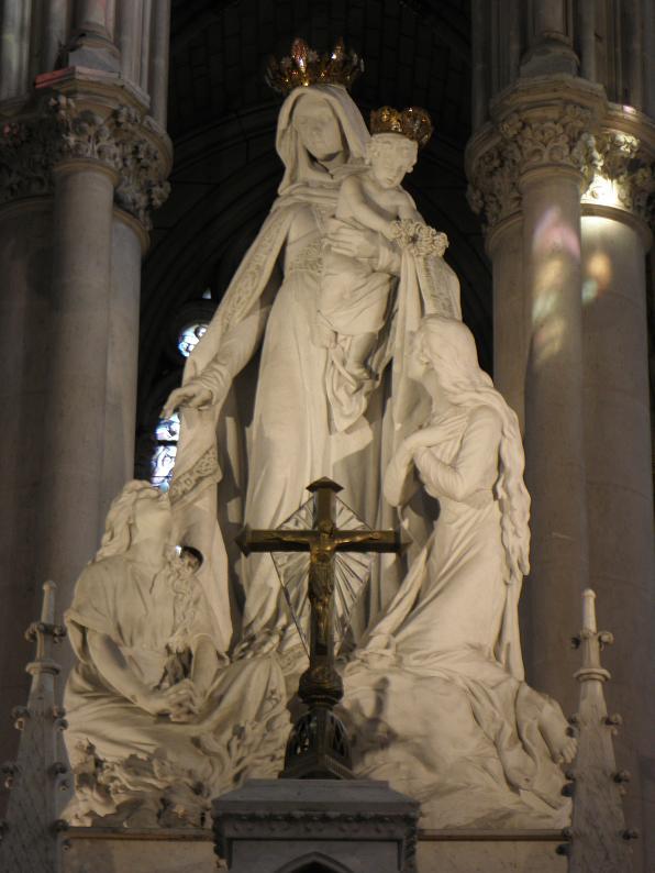 Dentro del templo, la imagen de Nuestra Señora Liberadora del Purgatorio recibe a quienes van al santuario a orar por sus difuntos. Fotografía de GO69 — Travail personnel CC0.