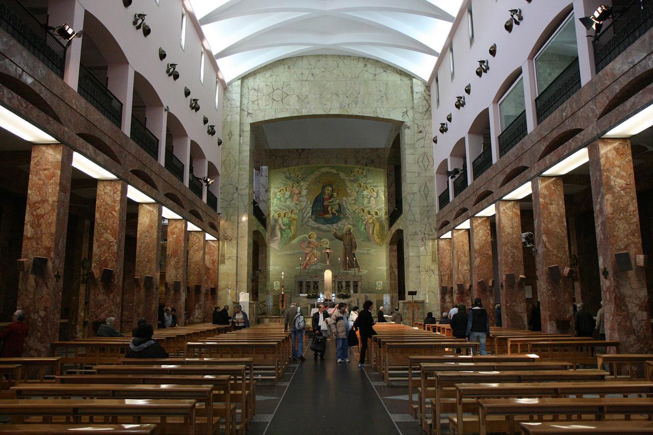 En el ábside de la Iglesia hoy dedicada al Padre Pío, donde se conserva su cuerpo incorrupto, destaca el mosaico dedicado a la Virgen María. Foto de Holly Hayes-CC