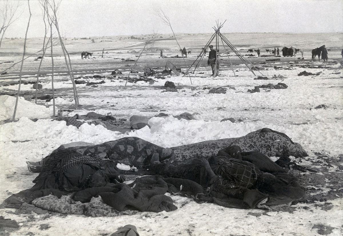 El campamento lakota de Wounded Knee, imagen captada a inicios de 1891, tres semanas después de la masacre: los cadáveres seguían tirados en el suelo, sin enterrar