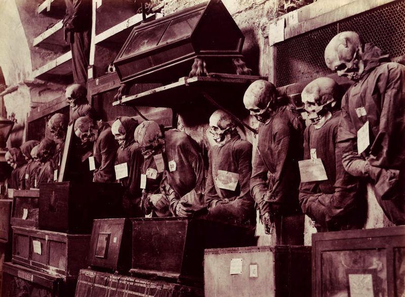 La tradición cuenta que la primera persona en haber sido enterrada en estas catacumbas fue el fraile franciscano Silvestro de Gubbio, en 1599.