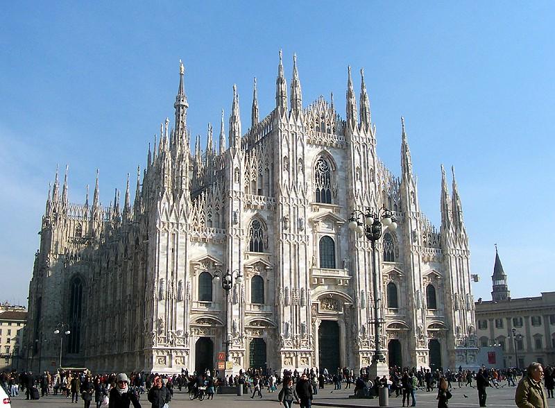 La catedral de Milán está construida en un estilo gótico radiante, que la hace parecer, más bien, un típico templo francés. Foto de MarkusMark - Trabajo propio, CC BY-SA 3.0.