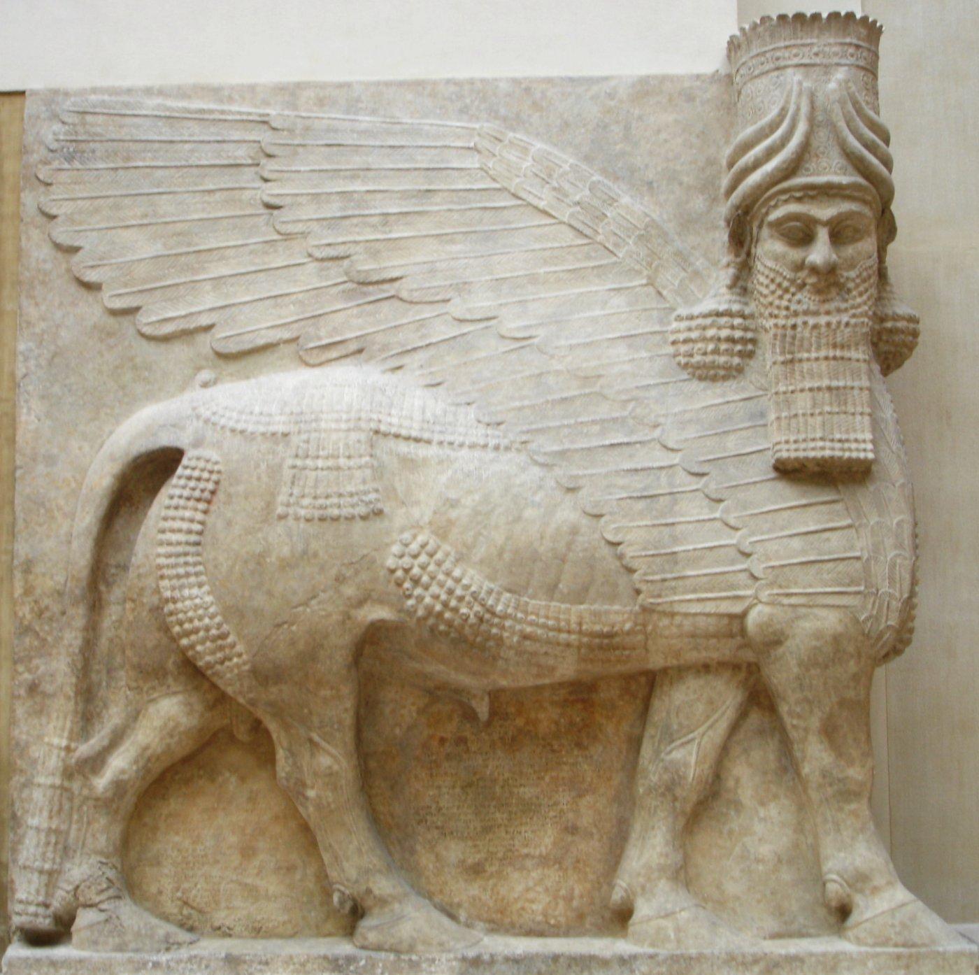 Todos sabemos que la combinación de distintos seres y símbolos era bastante común en el antiguo Egipto, lo mismo que en la antigua Mesopotamia. Basta recordar a las esfinges egipcias, a los toros alados babilonios o a las harpías griegas. Ezequiel, en efecto, fue uno de los profetas judíos que vivieron el exilio en Babilonia alrededor del siglo VI antes de Cristo, de modo que su visión podría haber estado influenciada –señalan los biblistas- por el antiguo arte asirio, en el que estos motivos eran bastante comunes. Foto de By Marie-Lan Nguyen - Own work, Public Domain.