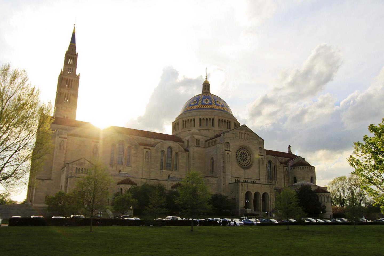 Dedicada a la patrona de los Estados Unidos, este templo ubicado en el campus de la Universidad Católica de América, en el Distrito de Columbia (muy cerca de la capital del país, Washington) es, además, la iglesia más grande de los Estados Unidos, y una de las diez iglesias más grandes del mundo.