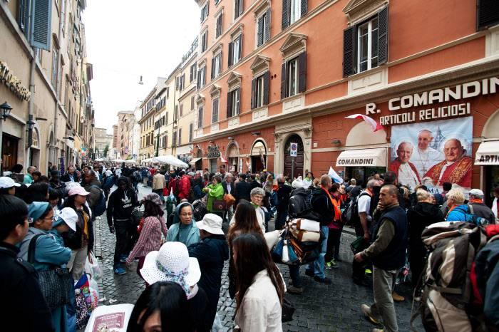 Transeúntes en Borgo Pio, Roma