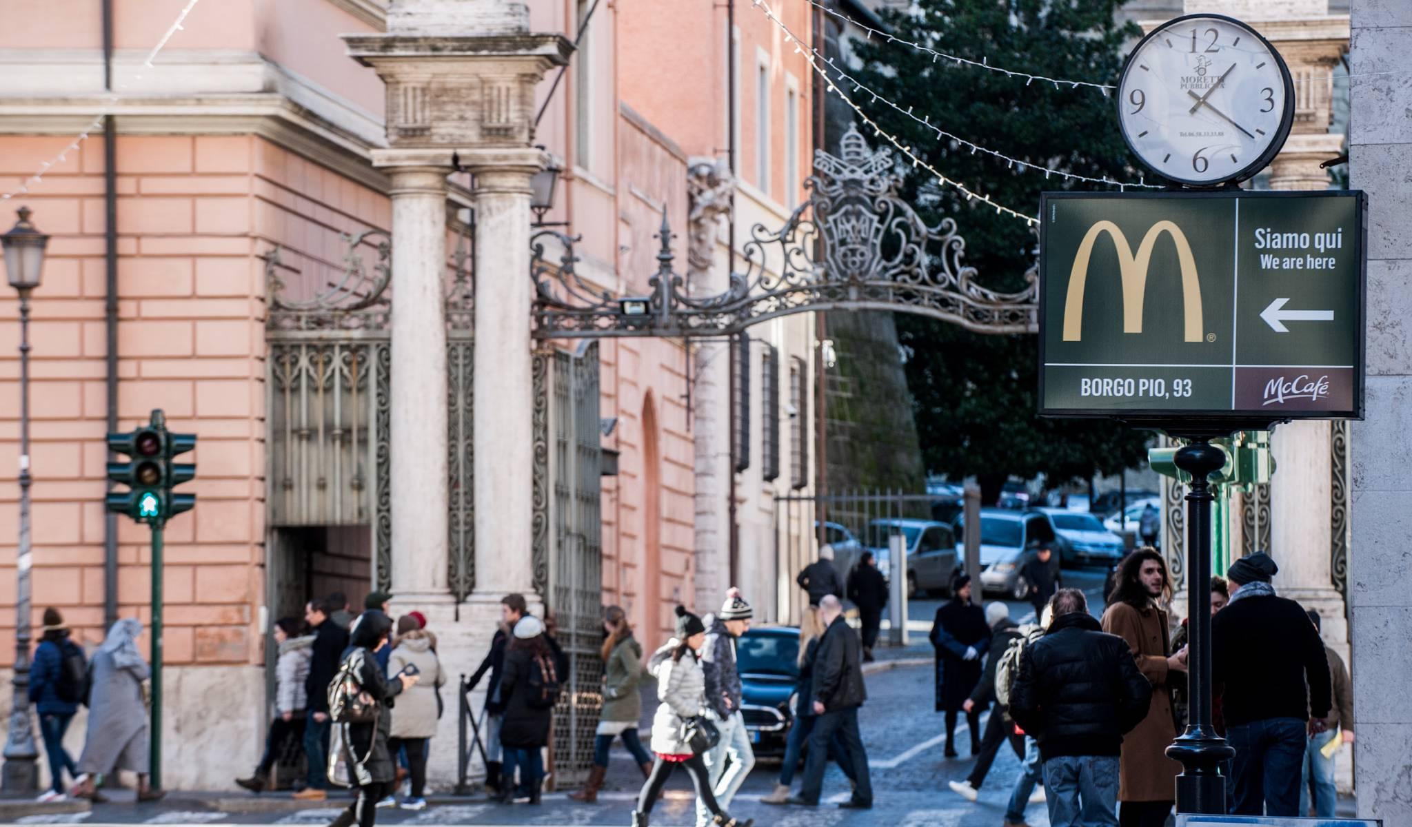 Publicidad del nuevo McDonalds de Borgo Pio, con el Vaticano al fondo
