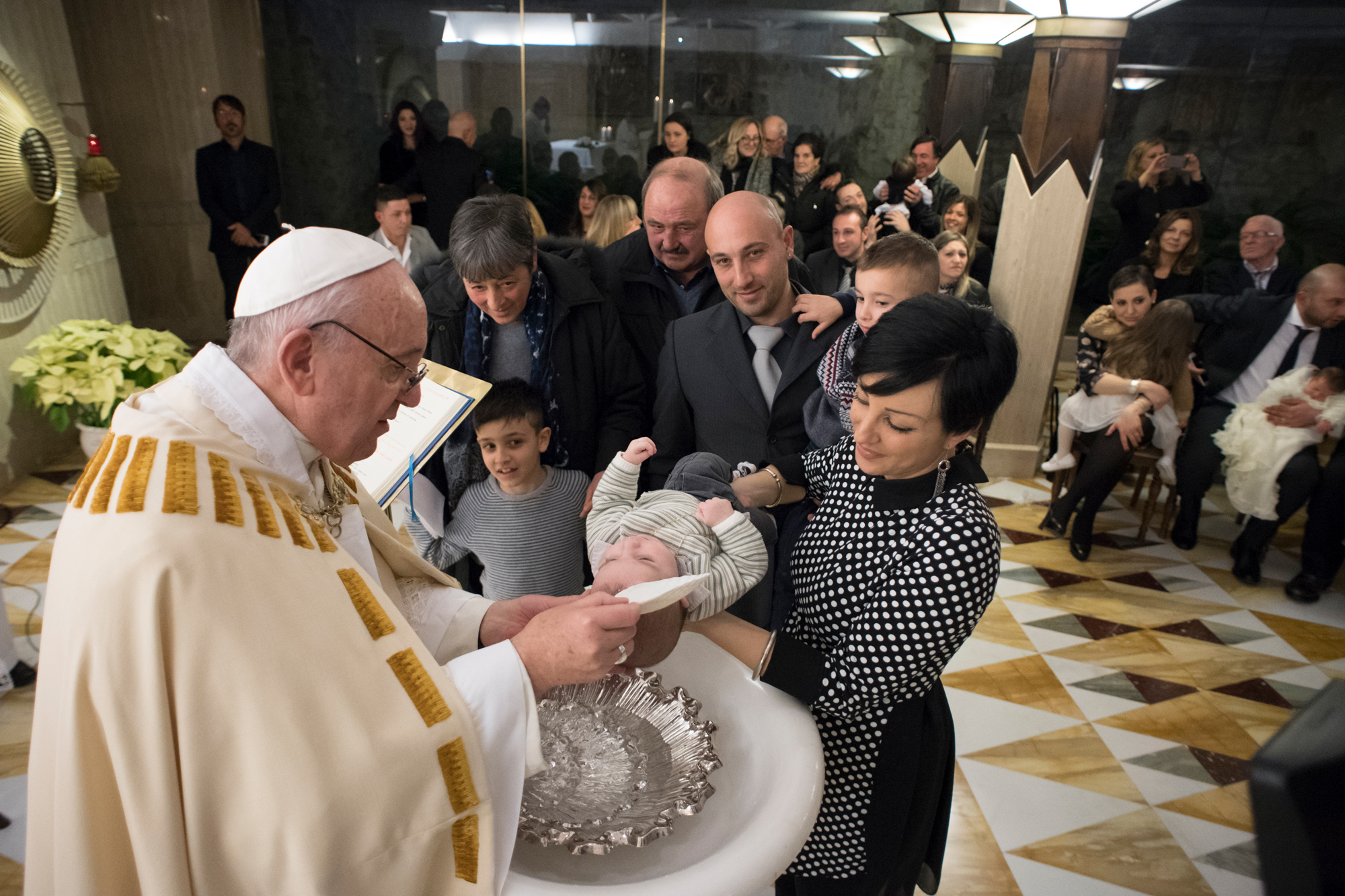 ©L'Osservatore Romano / bautiza en Santa Marta a recién nacidos después del terremoto en Italia