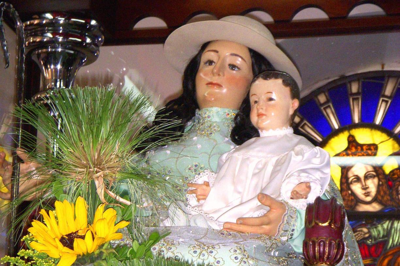 La tradición cuenta que por el año de 1740 el vicario de la parroquia de la Inmaculada Concepción, en el centro de la ciudad de Barquisimeto, quiso dedicar un altar del templo a la Divina Pastora. Al mismo tiempo, el párroco del pueblo de Santa Rosa había encargado una imagen de la Inmaculada Concepción para su iglesia. Ambos sacerdotes se pusieron de acuerdo, y enviaron una sola misiva al mismo escultor, haciendo sus solicitudes. Al terminar su obra, el escultor envió ambos cajones, pero a las direcciones equivocadas, y la imagen de la Divina Pastora fue a parar a la parroquia de Santa Rosa. Imagen de Nacarid López.