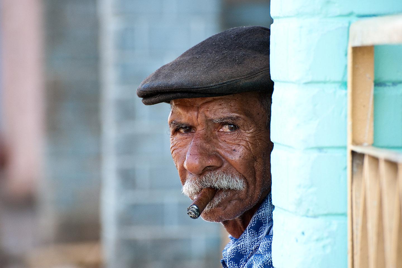 web-cuba-street-cigar-man-smoke-alexander-schimmeck-cc