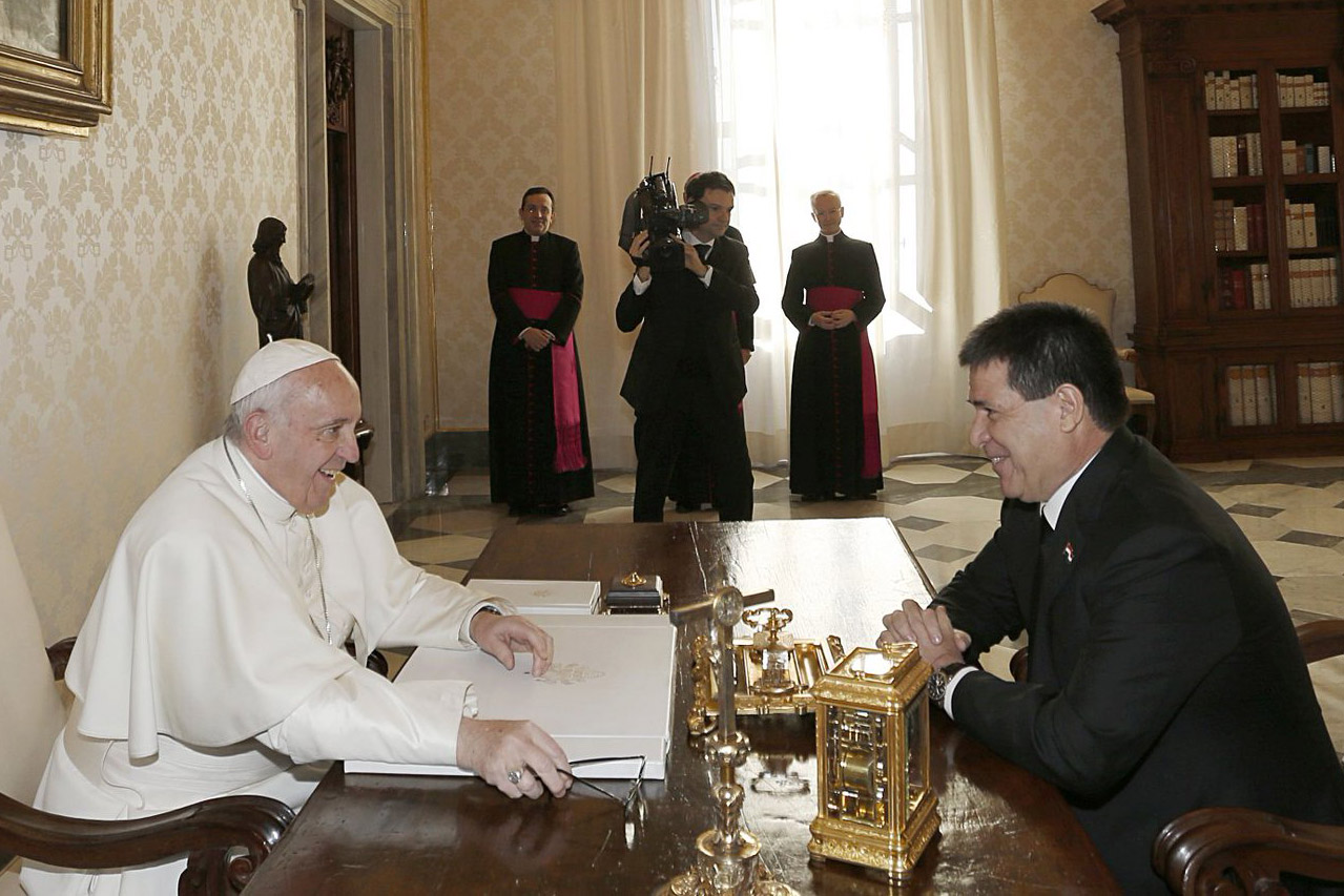 web-paraguay-cartes-pope-francis-twitter-presidenciapy