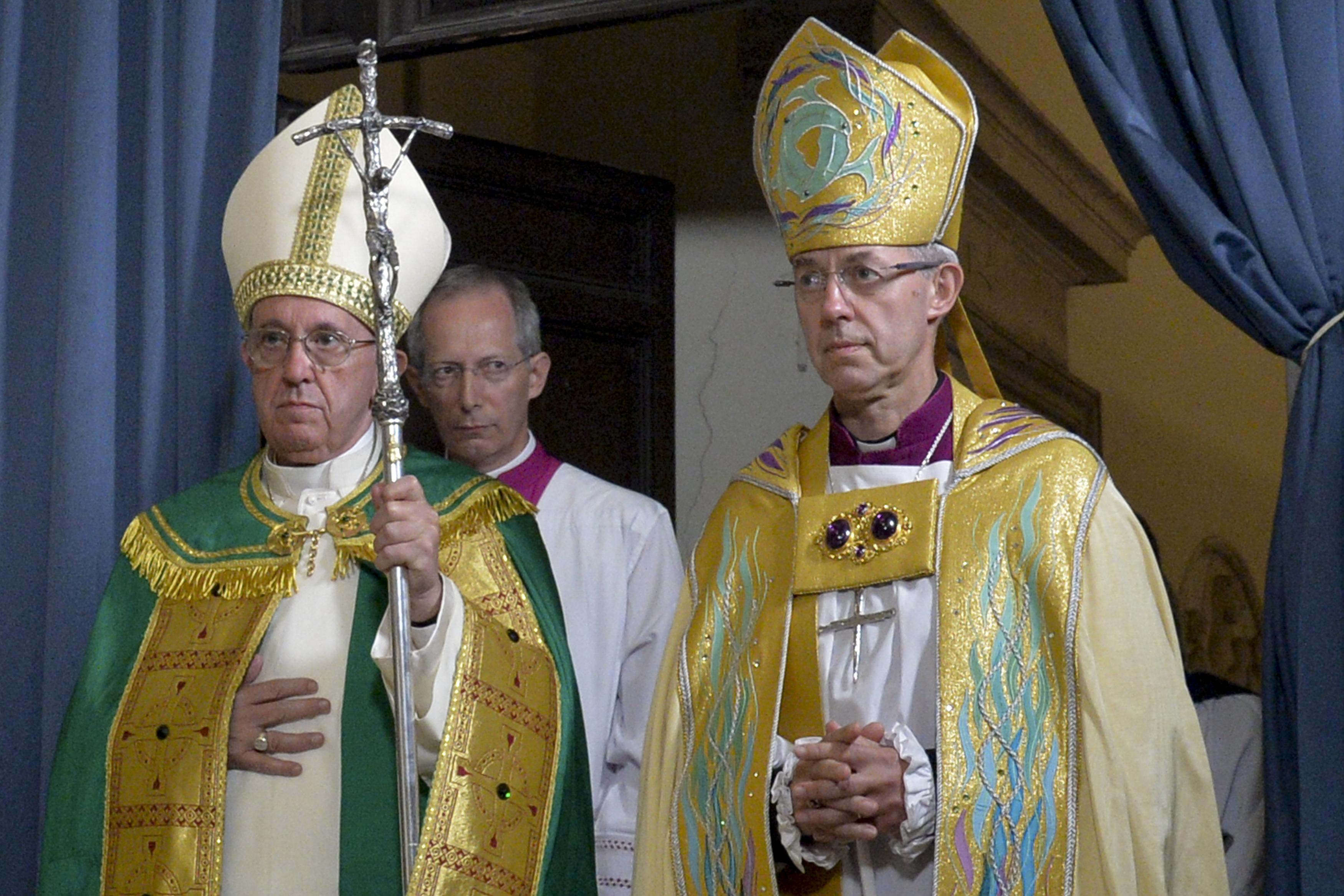 El papa Francisco a la izquierda y el arzobispo de Canterbury Justin Welby a la derecha en la celebración de las Vísperas en la Iglesia de San Gregorio al Celio, en Roma el 5 de octubre de 2016.  AFP PHOTO / ANDREAS SOLARO