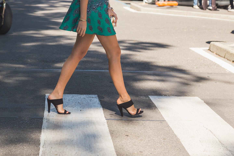 web-woman-feet-shoes-shutterstock_320617136-tinxi-ai