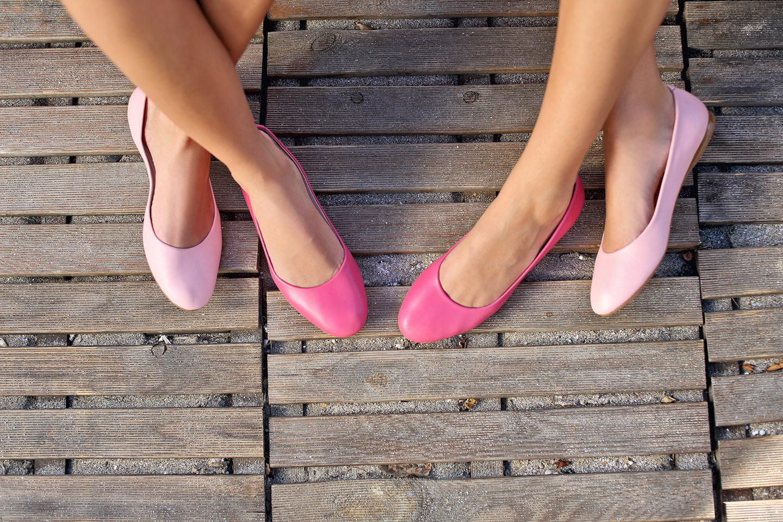 web-women-feet-shoes-shutterstock_257808385-bese-ai