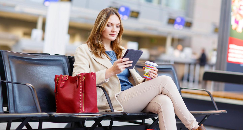 FEMME ATTENDANT A L'AEROPORT