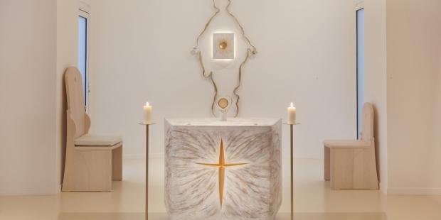 Ołtarz w kaplicy Notre Dame du Sourire autorstwa Fleur Nabert