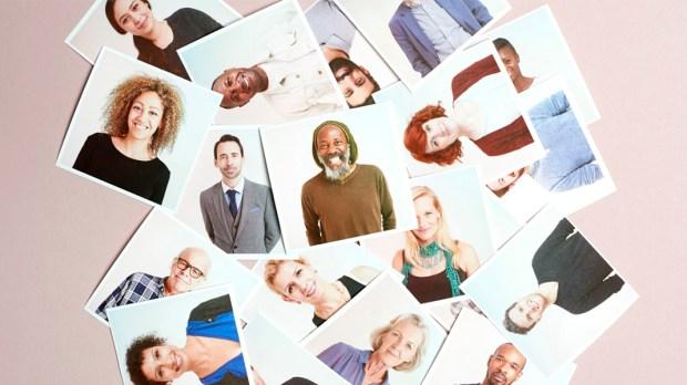 Rozrzucone polaroidy ze zdjęciami różnych osób