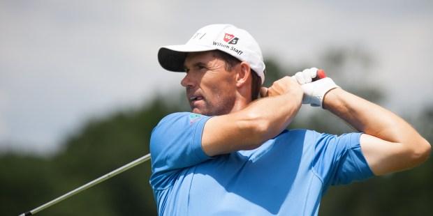 Campeones de golf que se mueven entre swing y oración