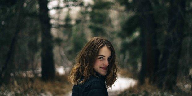GIRL LOOKING BASK