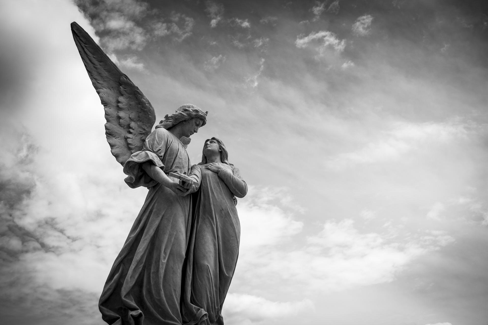 Posągi aniołów na tle nieba