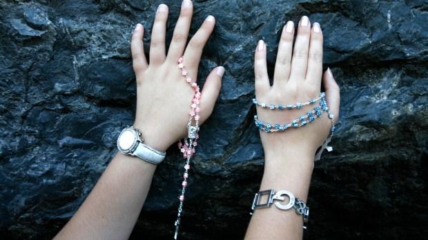 Mains sur la pierre de Lourdes