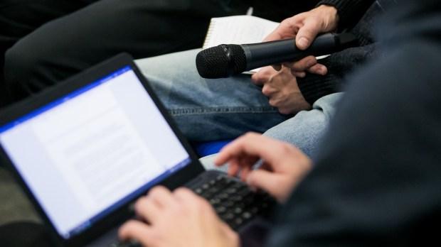 Micro et ordinateurs de journalistes