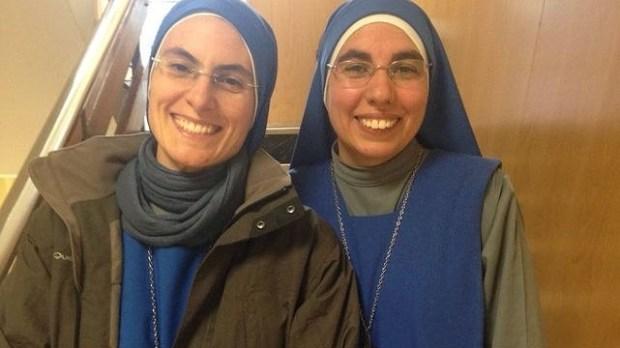 La sonrisa de la hermana Myriam Yeshua, a la derecha