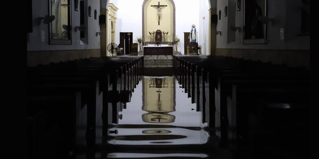 Templo inundado antes del gran impacto de huracán Iota en Providencia